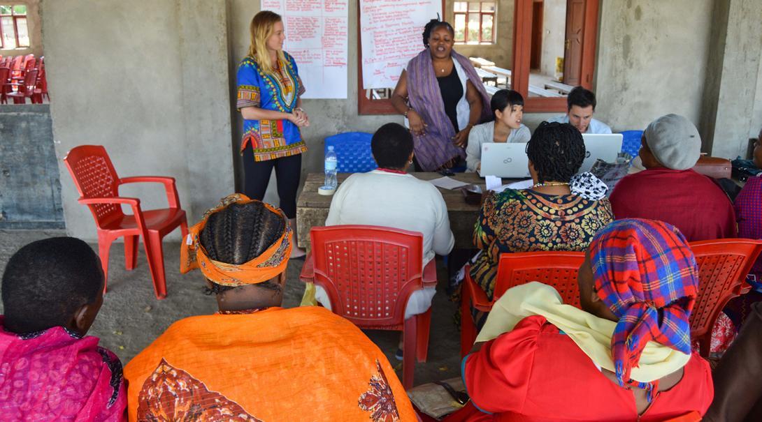 Voluntaria ayudando a capacitar emprendedoras en África.